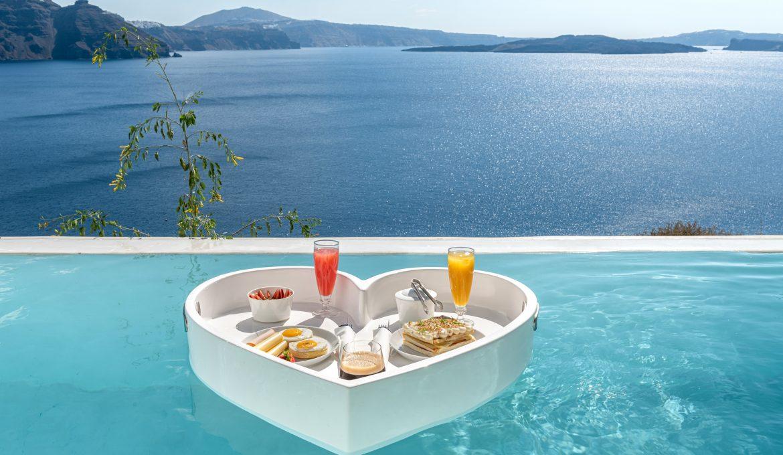 Breakfast in pool